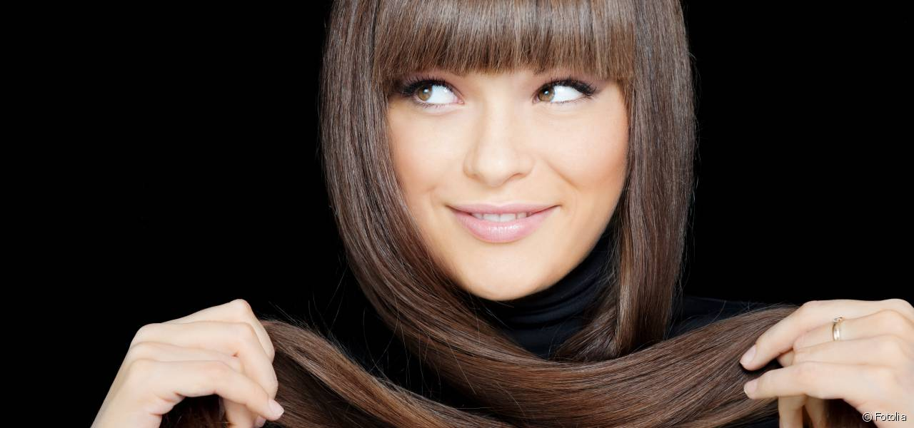 femme qui croise ses cheveux
