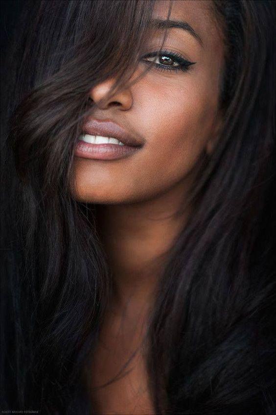 femme cheveux très lisses