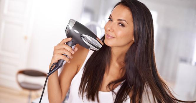 femme sèche-cheveux