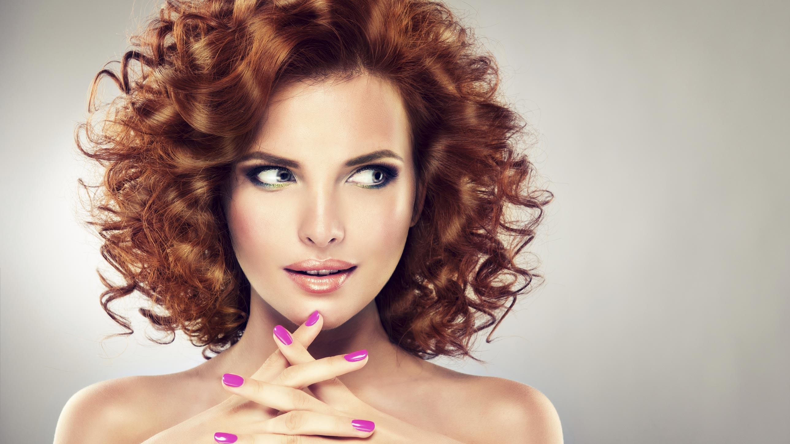 femmes cheveux bouclés