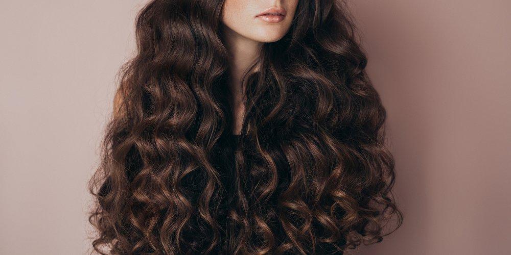 femme cheveux longs bouclés